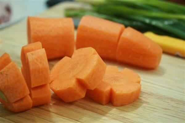 Cà rốt gọt bỏ vỏ, rửa sach, cắt miếng vừa ăn