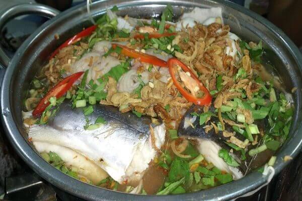 Khi nấu món lẩu cá ba sa, nên thả cá vào nồi nước dùng khi nước nóng già
