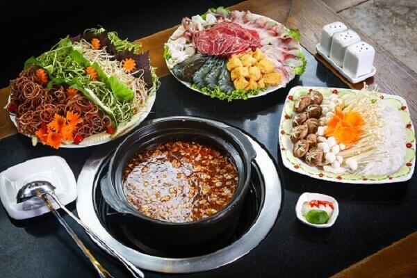 Trình bày tất cả các loại rau và hải sản ra các đĩa