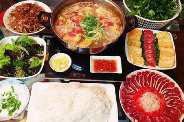 Nhúng thịt bò ăn kèm với bún, sườn sụn giòn mềm cùng với rau sống