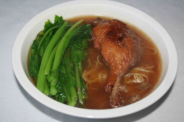 Dùng thịt vịt quay rồi nấu tiềm sẽ ngon hơn thịt vịt thường đấy bạn.