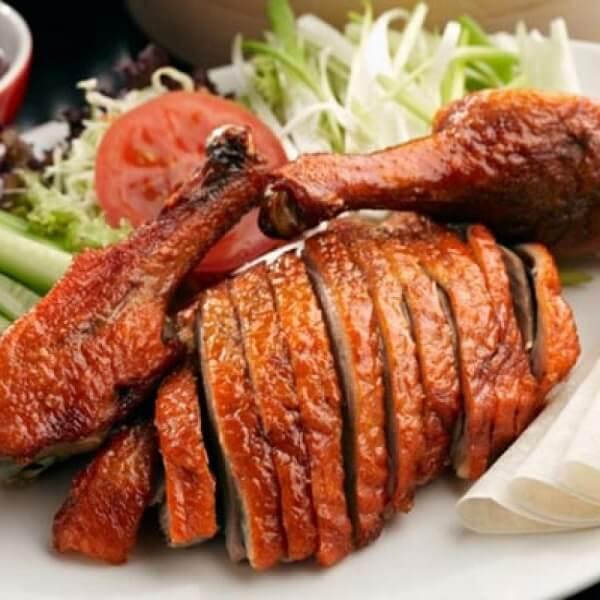 Nếu bạn không quay vịt tại nhà được thì có thể mua thịt vịt quay sẵn