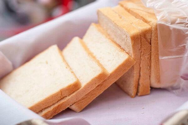 Bánh mỳ gối, các bạn lấy phần ruột bánh, thái thành những miếng hình vuông
