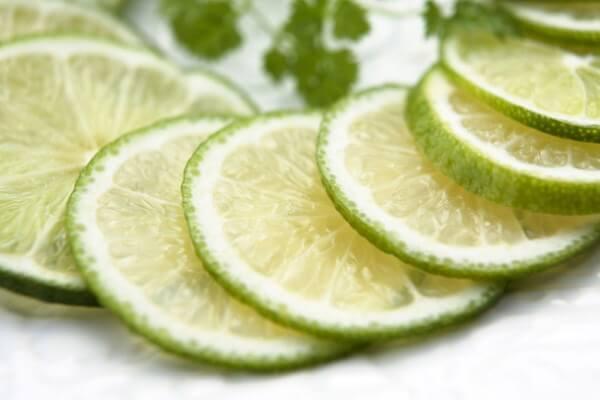 Sử dụng chanh thái lát khử mùi tủ lạnh