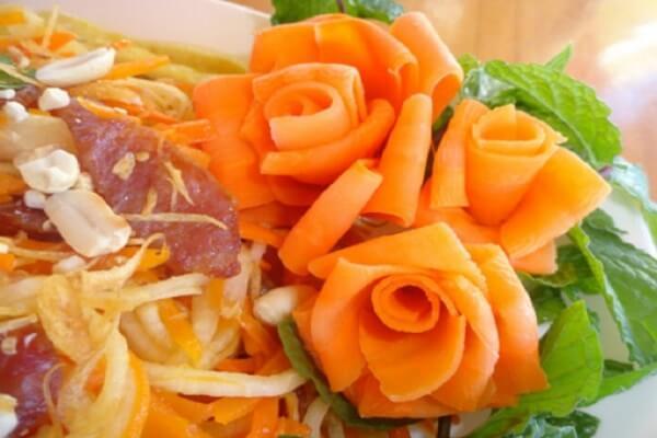 Tỉa hoa hồng để trang trí món ăn khá đơn giản