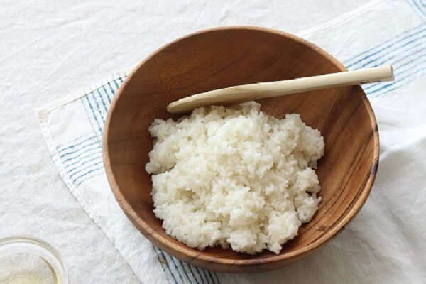 Cho cơm vào bát vào trộn đều với các nguyên liệu khác
