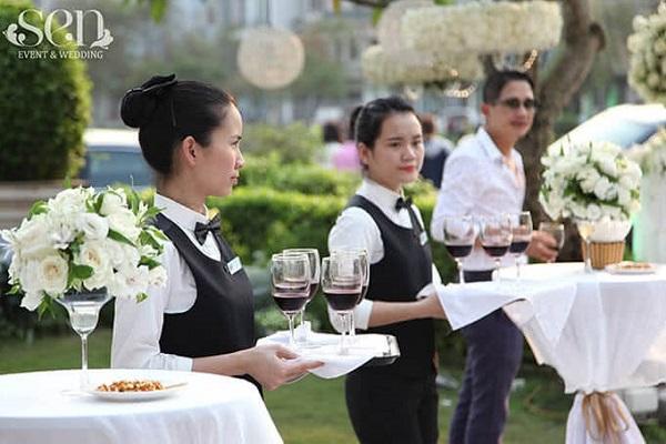 Đôi tay đầy chu đáo của đội ngũ nhân viên Sen Tây Hồ trước mỗi lễ cưới