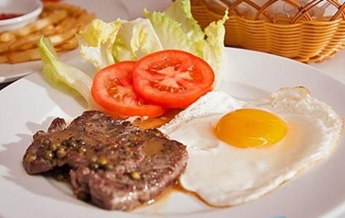 Bò bít tết với trứng ốp la