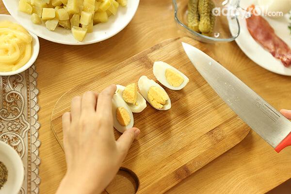 Nếu bạn dùng trứng gà thì nên cắt nhỏ kiểu múi cau.