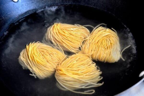 Bạn ngâm ngay mì vào nước lạnh để sợi mì được mềm dai.