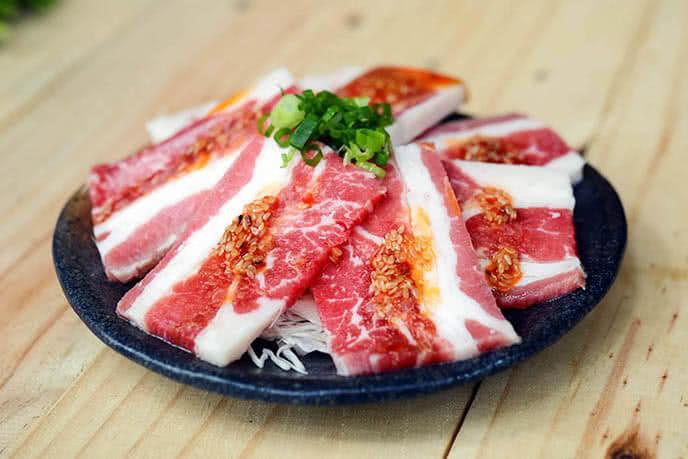 Thịt được tẩm ướp cầu kỳ, đẹp mắt