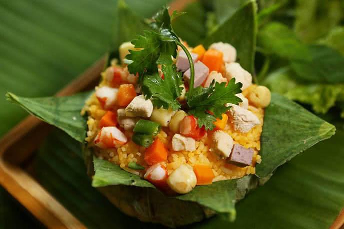 Món ăn được gói trong lá sen nhìn như bông sen đang nở