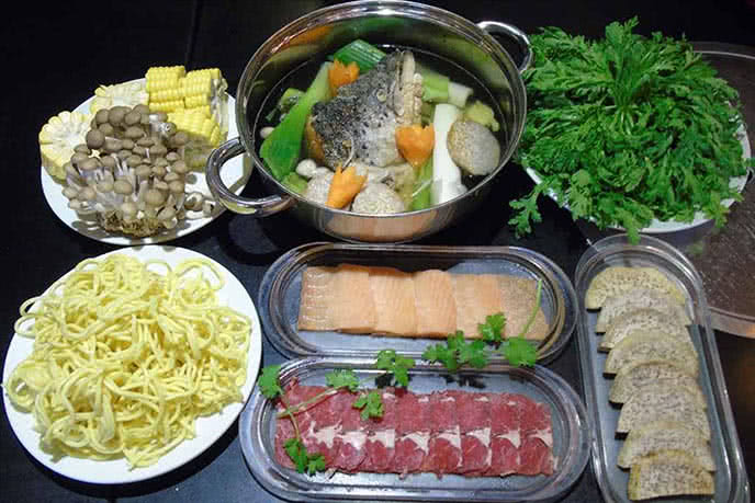 Bàn lẩu nướng hấp dẫn và món lẩu Soa Soa