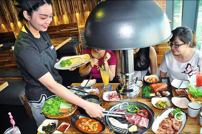 Nhân viên nhanh nhẹn, nhiệt tình, chủ động nướng đồ ăn cho khách