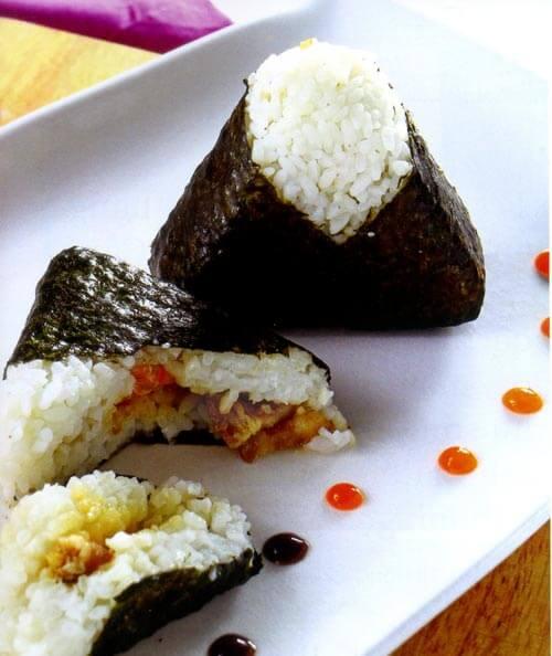 Cơm nắm Onigiri truyền thống có hình tròn hoặc hình oval