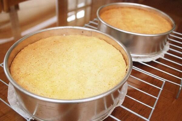 Khi bánh đã chín, nở xốp và vàng đều thì lấy bánh ra