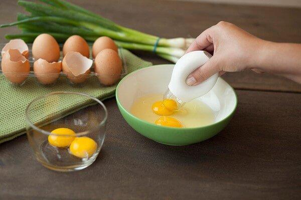 Tách riêng lòng trắng và lòng đỏ trứng.