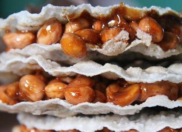 Ép hai lớp bánh đa vừng để làm bánh cu đơ