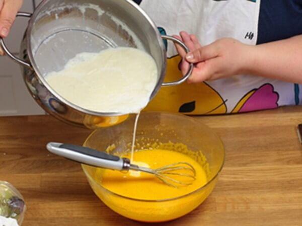 Trộn sữa và trứng với nhau rồi khuấy đều, nhẹ tay tránh tạo bọt