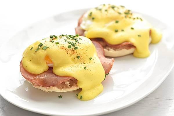 Sốt bơ, trứng và lá ngải cứu