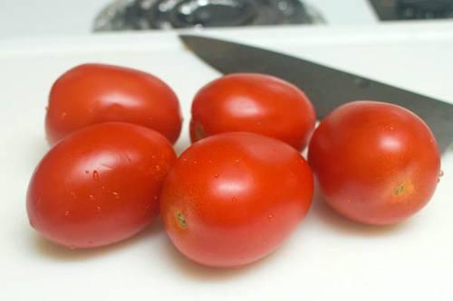 Lựa chọn cà chua chín đầu để có món sốt cà chua thơm ngon