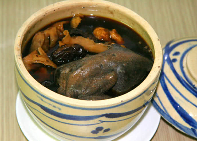 Gà tiềm thuốc bắc là món ăn hai trong một, vừa là món ăn vừa là phương thuốc chữa bệnh.