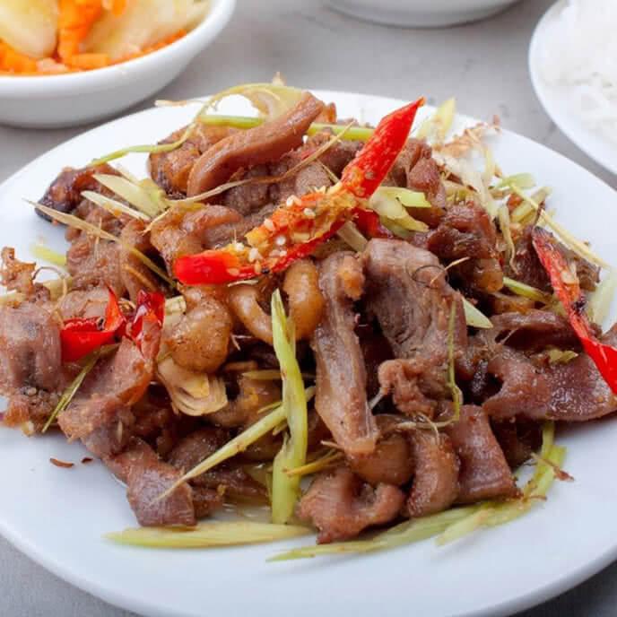 Thịt gà chọi ngọt ngon, săn chắc hòa quyện với các gia vị đặc biệt sẽ tạo nên một món ăn rất hấp dẫn
