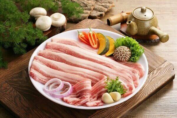 Tùy vào khẩu vị gia đình mà có thể chọn phần thịt có mỡ nhiều hơn hoặc nạc nhiều