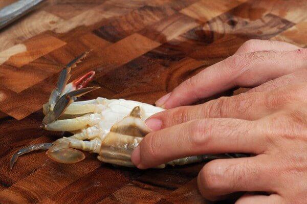 Tiếp tục bóc mai và nang mềm ở thân cua