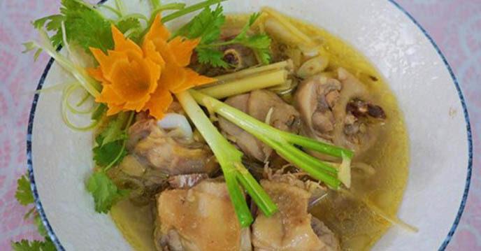 Gà hầm sả thơm ngon, đậm đà, rất thích hợp để ăn với cơm trắng.