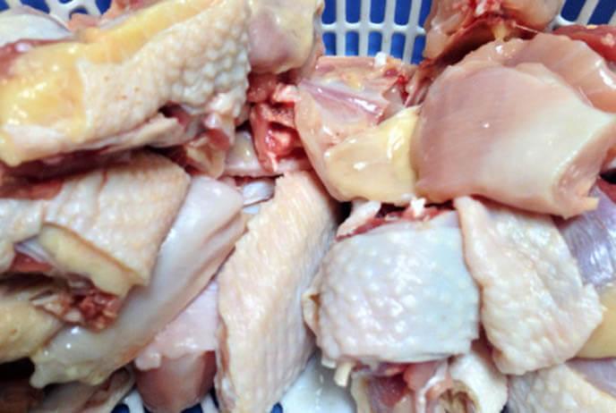 Thịt gà thật sạch bằng nước muối, để ráo nước.