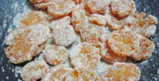 Đun cà rốt và đường với lửa liu diu đến khi hỗn hợp khô lại sau đó tắt bếp.