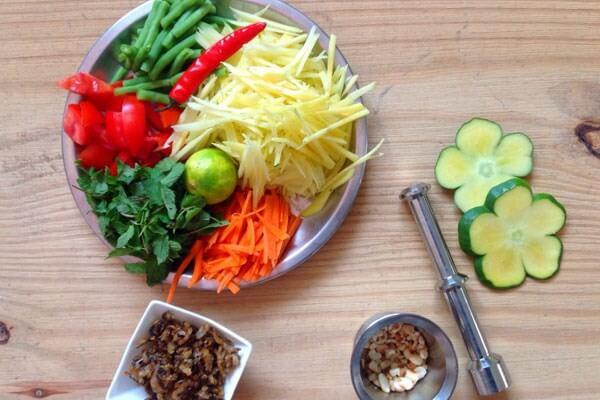 Ớt sừng: Rửa sạch, 1 trái tỉa hoa, 3 trái thái lát mỏng.