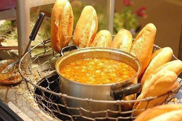 Nên nhớ là nước sốt bánh mì heo quay phải có độ sệt, hơi đặc