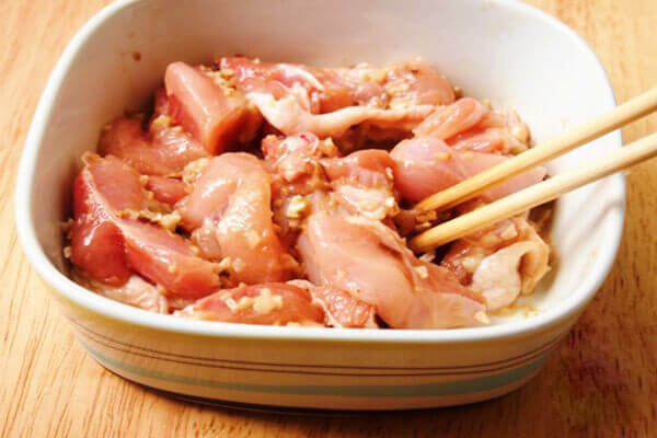 Trộn đều lên để gia vị ngấm vào gà
