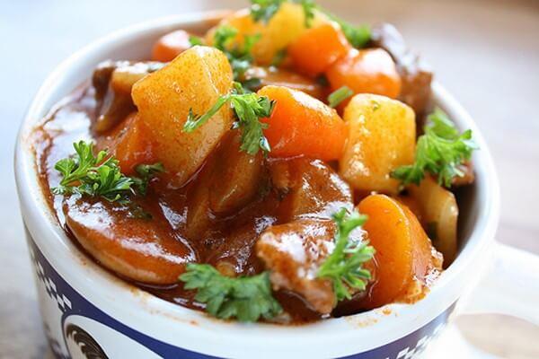 Món bò sốt vang có thể ăn cùng với bánh mì hoặc bún tươi đều ngon.