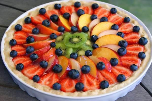 Những trái việt quất tím ngắt tạo nên những chuỗi vòng xâu kết nổi bật giữa các loại trái cây mang sắc màu đỏ, vàng, xanh rực rỡ.