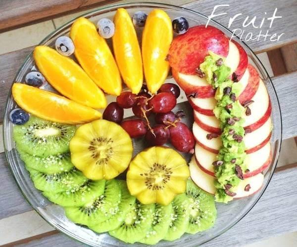 Cách cắt các loại trái cây thành miếng bằng nhau và xếp theo kiểu đổ chồng domino vừa giúp bạn tiết kiệm thời gian vừa là ý tưởng trang trí rất tuyệt.