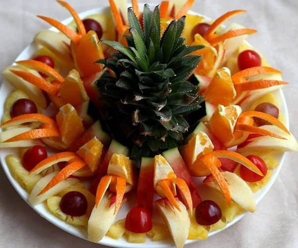 Ngọn trái dứa có thể được tận dụng để trang trí dĩa trái cây mang đậm tính nhiệt đới như thế này đấy!