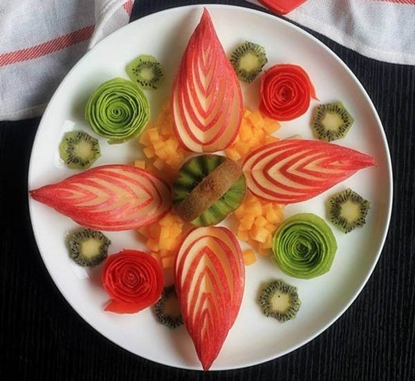 Một dĩa trái cây được trang trí cầu kỳ sẽ không bỏ sức vì bạn sẽ nhận lại được những lời cảm ơn và khen ngợi từ mọi người.