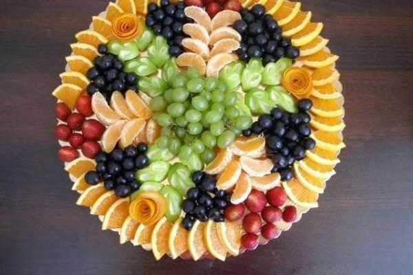 Một sự sắp xếp đầy khoa học và mang tính cân đối từ nhiều loại trái cây đủ sắc màu đã tạo nên một tác phẩm nghệ thuật ngọt ngào phải không?