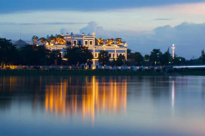Tòa nhà như phảng phất nét đẹp u hoài của Taj Mahah, lại như mang dáng dấp uy nghi cổ kính của ngôi đền Angkor Wat huyền thoại.