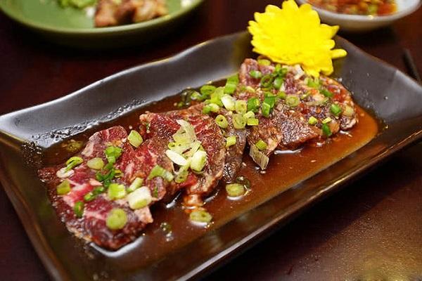 Thịt nướng được ướp nước sốt Tare cho mùi thơm đặc trưng