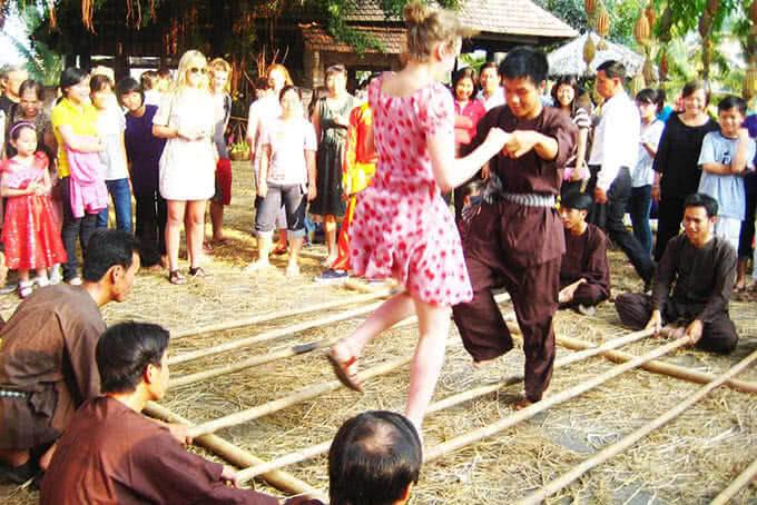 Mang màu sắc quê Việt đến cả với người trẻ và du khách năm châu ghé thăm
