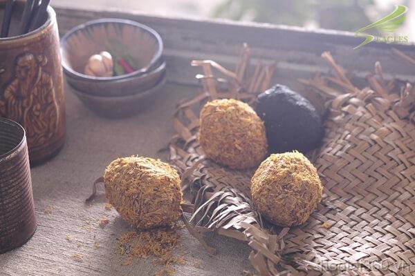 Khi hỗn hợp bùn, vỏ trấu khô lại là thành phẩm món trứng vịt bắc thảo.