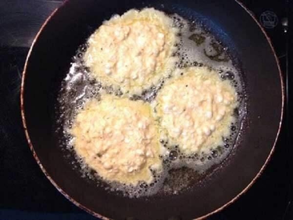 Chiên bánh ngô đến khi chín vàng đều cả hai mặt