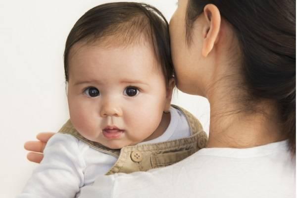 Chụm bàn tay và vỗ nhẹ từng cái vào lưng trẻ để chữa nấc cụt.