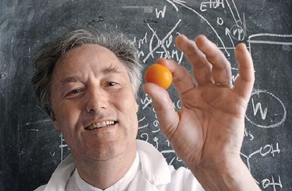 Nhà hóa học Herve This và lòng đào trứng bên trong lỏng bên ngoài đặc. (Ảnh: Internet)