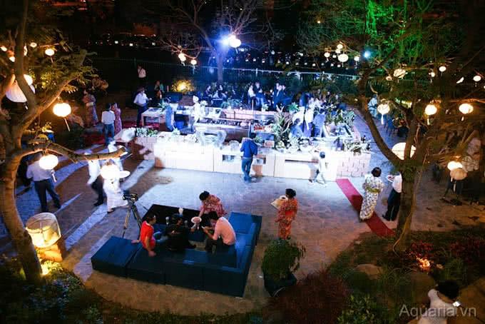 Đêm tiệc cưới ngoài trời trong không gian thoáng đãng và lung linh