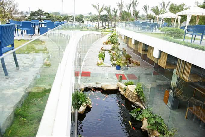 Dẫn lối vào sảnh Pacific là hồ cá Koi theo phong cách Nhật và khu vui chơi cho trẻ em